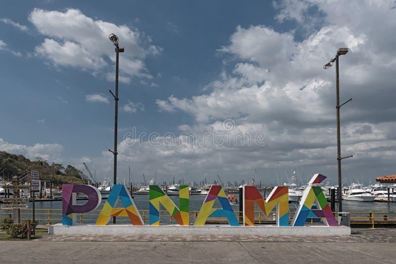 Горизонт Панамы города от Марины острова perico на мощеной дорожке amador стоковое изображение
