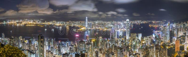 Горизонт панорамы Гонконга на ноче, взгляде от пика стоковое изображение rf