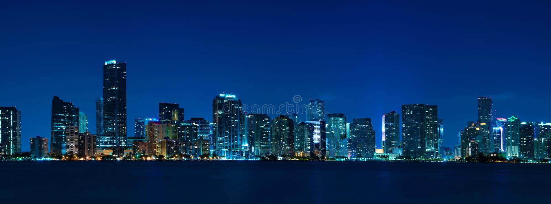 горизонт панорамы ночи miami стоковые фотографии rf