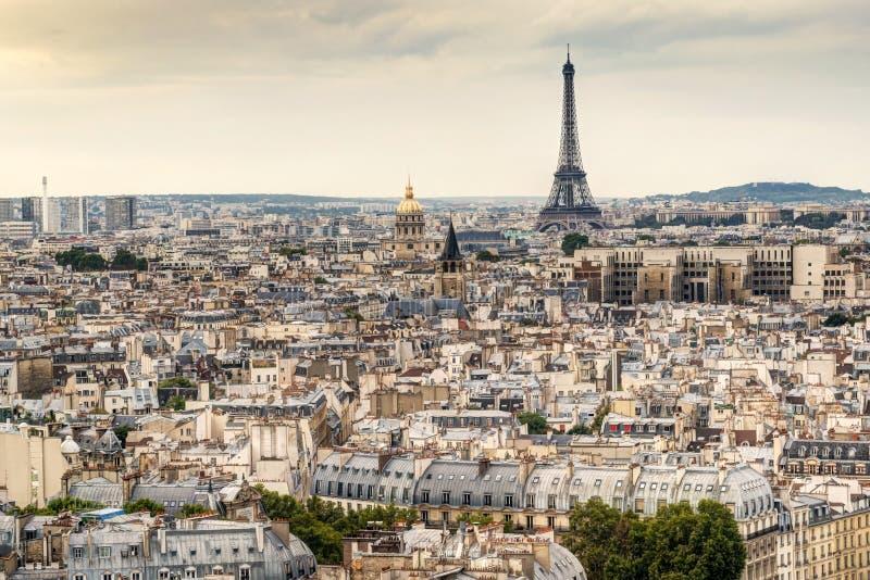 Горизонт Парижа с Эйфелева башней стоковые изображения rf