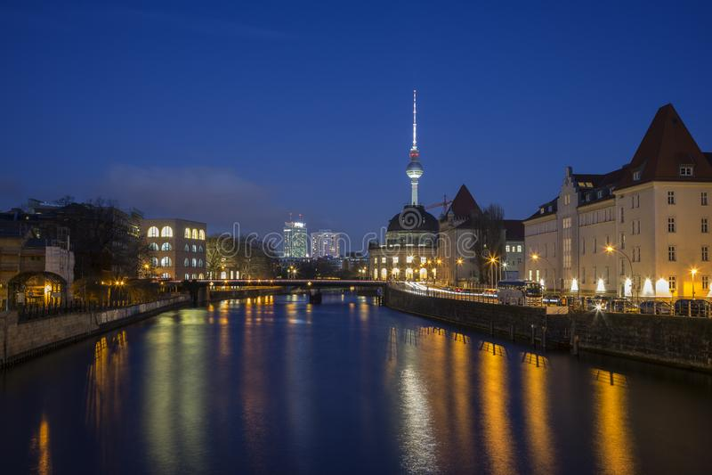 Горизонт реки и Берлина оживления в вечере стоковые фотографии rf