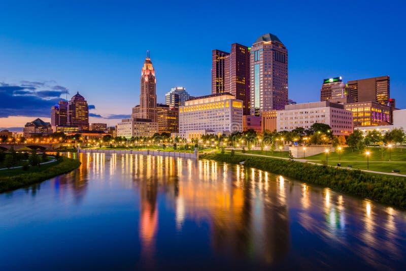 Горизонт реки и Колумбус Scioto вечером, в Колумбус, Огайо стоковые фотографии rf