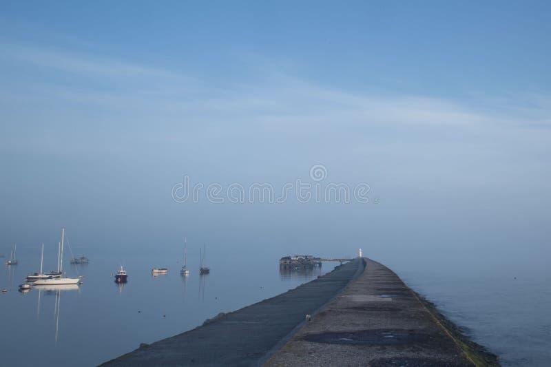 Горизонт рыбного порта рано утром потерянный стоковое изображение rf