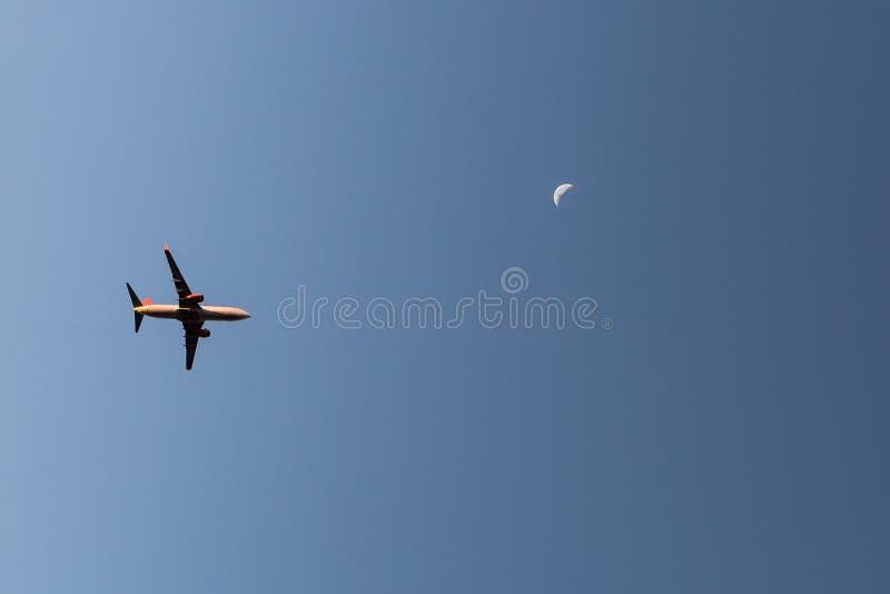 Горизонт Сан-Паулу с самолетом принимая полет стоковые фото