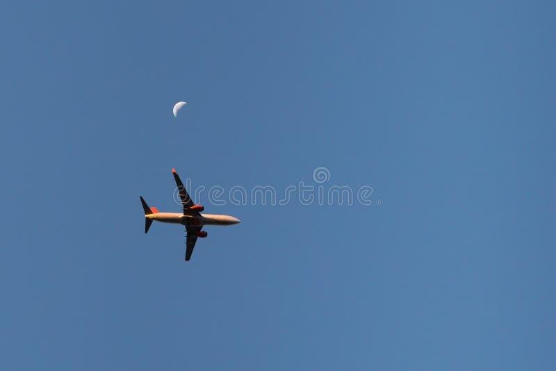Горизонт Сан-Паулу с самолетом принимая полет стоковые фотографии rf