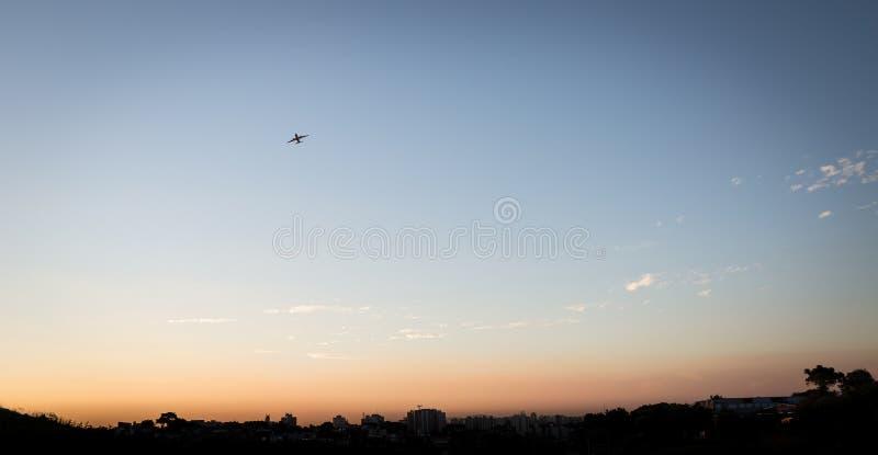 Горизонт Сан-Паулу с самолетом принимая полет стоковое изображение rf