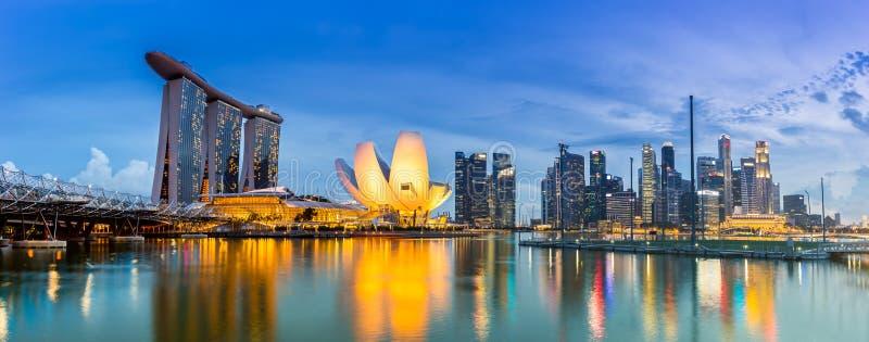 Горизонт Сингапура и взгляд Марины преследуют на сумраке стоковое изображение rf