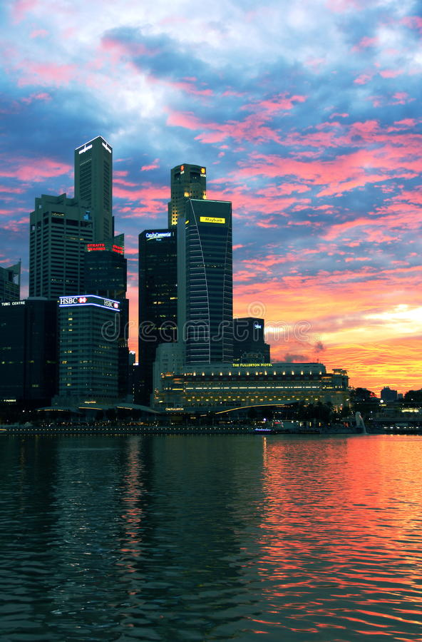 Горизонт Сингапура ночи стоковое фото