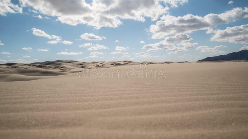 Горизонт сиротливой пустыни в полдень стоковое фото rf