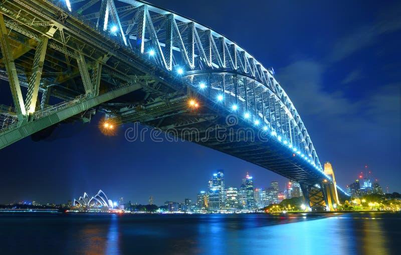 Горизонт Сиднея и мост гавани на ноче стоковые фотографии rf