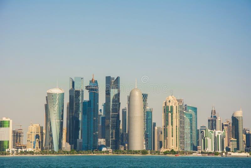Горизонт современного и высоко-поднимая города Дохи стоковая фотография