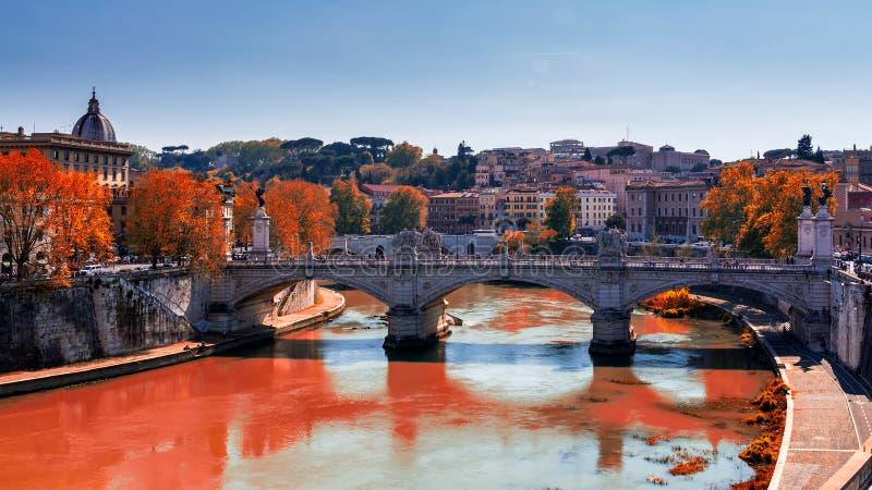 Горизонт с мостом Ponte Vittorio Emanuele II и классическое archi стоковые фото