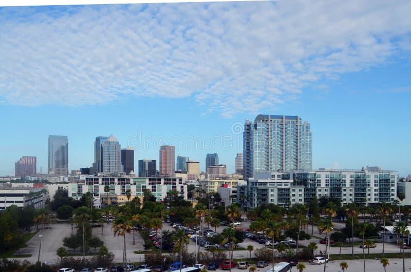 Горизонт Тампа, Флориды городской смотря западный от Tampa Bay стоковые фото