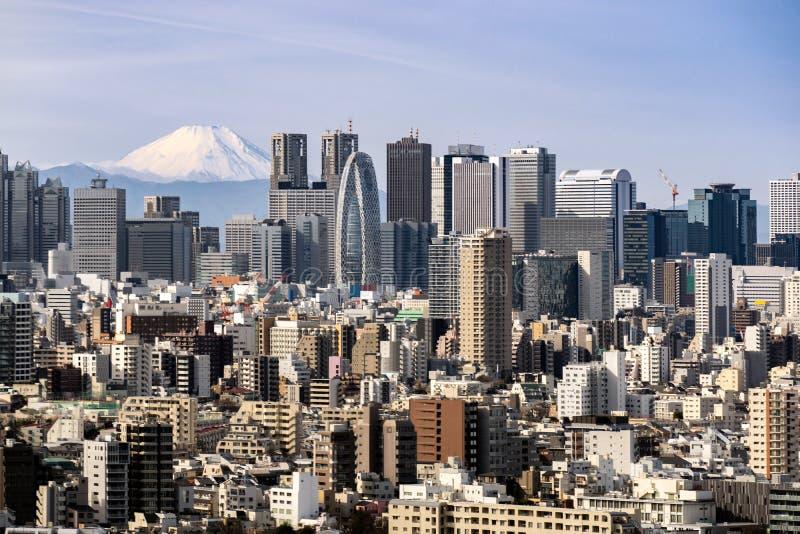 Горизонт Токио и гора Фудзи в Японии стоковые изображения