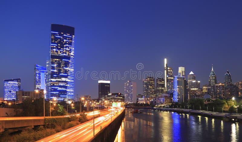 Горизонт Филадельфии вечером с рекой Schuylkill на переднем плане стоковое фото rf