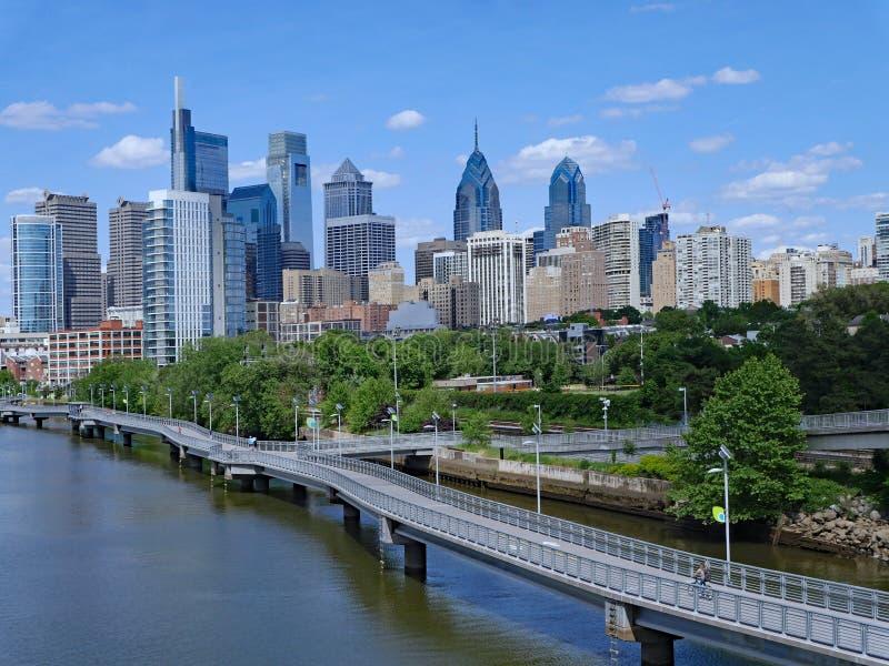Горизонт Филадельфии в 2019 с рекреационным променадом вдоль реки Schuylkill стоковая фотография rf