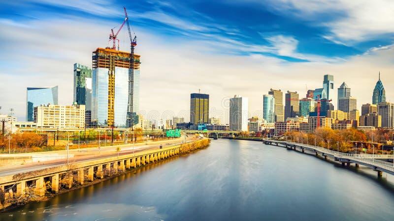 Горизонт Филадельфии и река Schuylkill, США стоковые изображения
