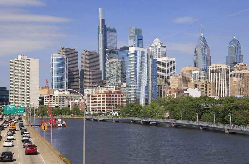 Горизонт Филадельфии с рекой Schuylkill и шоссе на переднем плане стоковое изображение