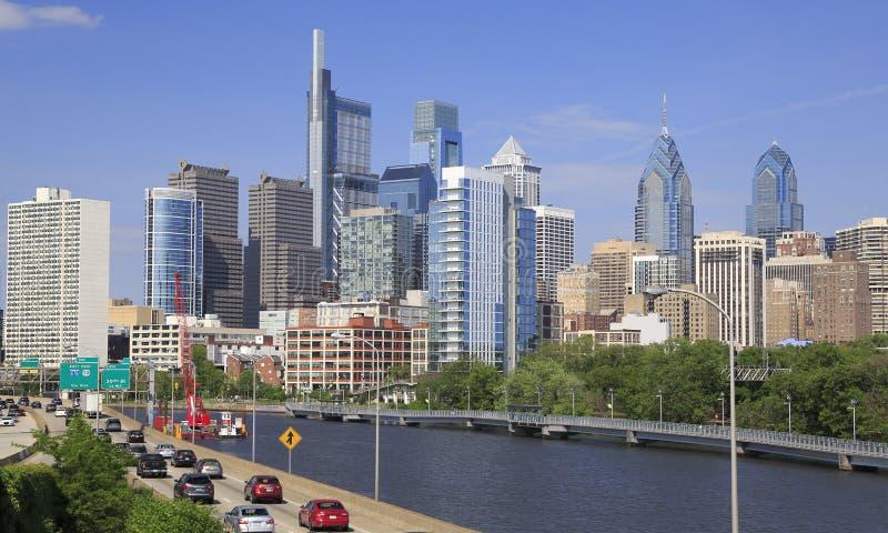 Горизонт Филадельфии с рекой Schuylkill и шоссе на переднем плане стоковые изображения