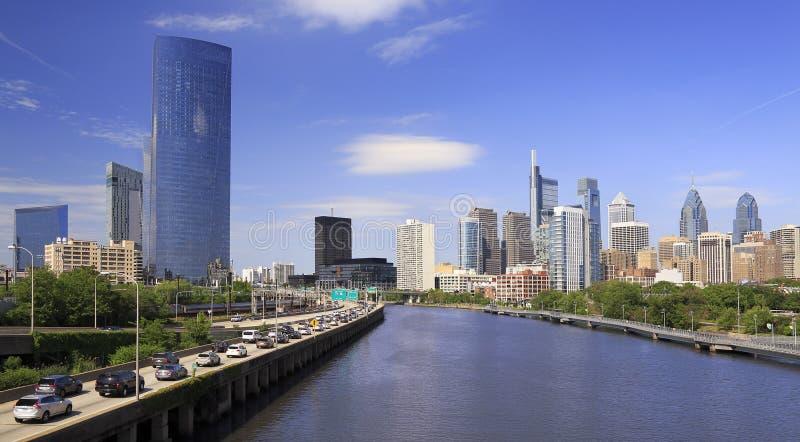 Горизонт Филадельфии с рекой Schuylkill и шоссе на переднем плане, США стоковые фото
