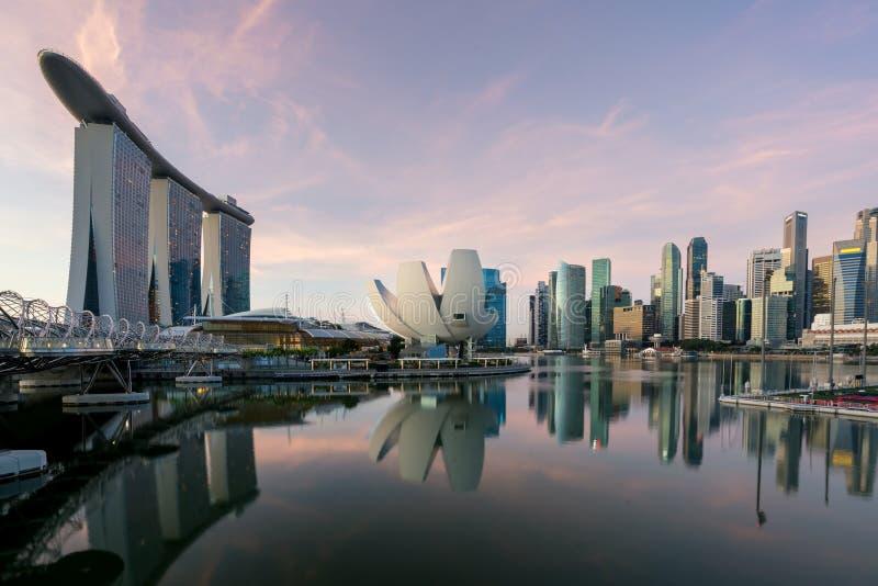 Горизонт финансового района Сингапура в утре на заливе Марины, Si стоковое изображение rf