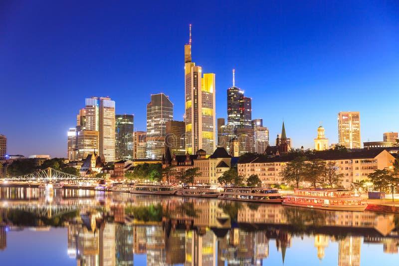 Горизонт Франкфурта во время часа сини захода солнца стоковое изображение rf