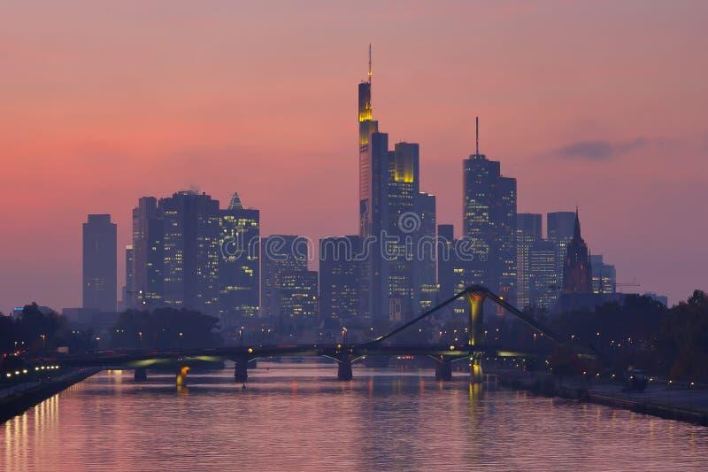 Горизонт Франкфурта на сумерк стоковое изображение