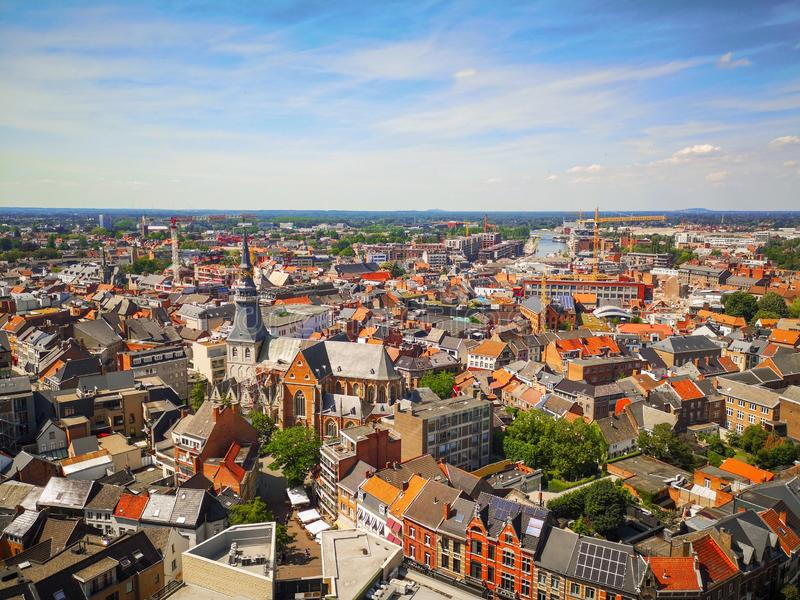 Горизонт центра города Hasselt с голубым небом во время лета стоковое фото