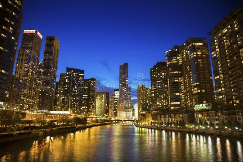 Горизонт Чикаго вдоль реки стоковое изображение rf