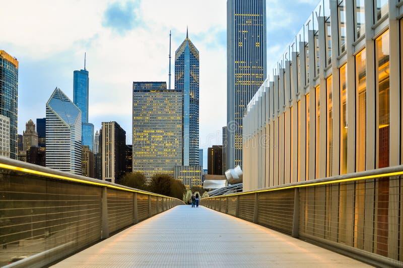 Горизонт Чикаго городской в вечере увиденном от пешеходного моста Nichols Bridgeway стоковая фотография rf