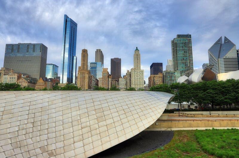 Горизонт Чикаго, Иллинойса от моста в парке тысячелетия стоковые изображения rf