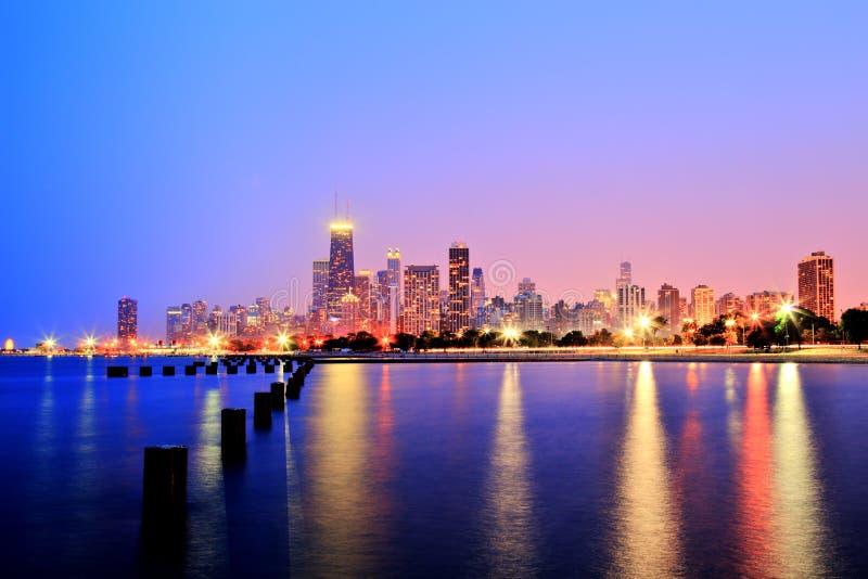 Горизонт Чикаго на заходе солнца в былинных цветах стоковое фото rf