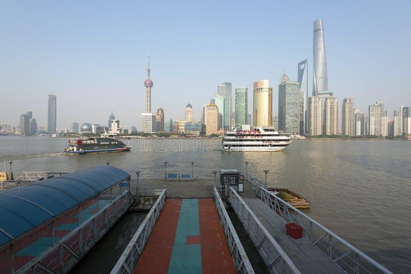 Горизонт Шанхая и туристские шлюпки стоковые фото