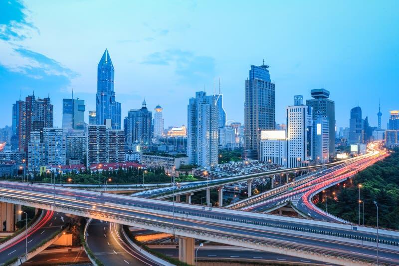 Горизонт Шанхая с движением на сумраке стоковое изображение rf