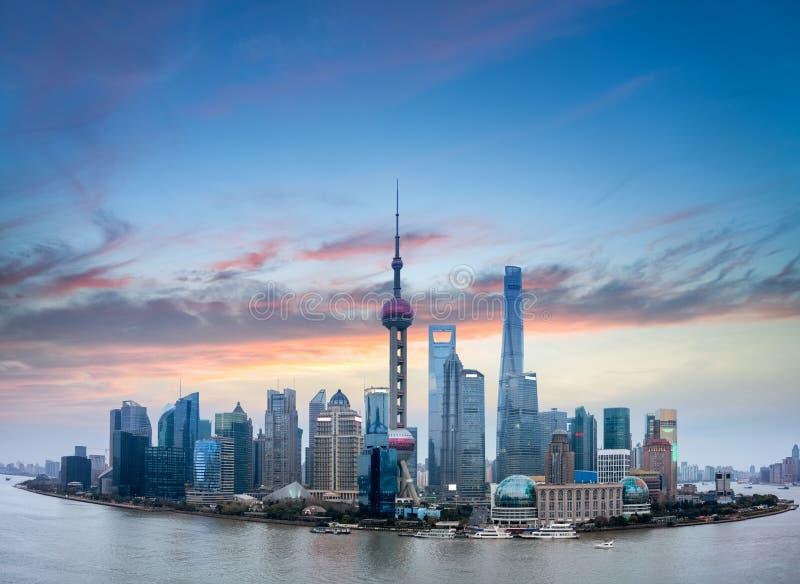 Горизонт Шанхая с горящими облаками стоковое изображение