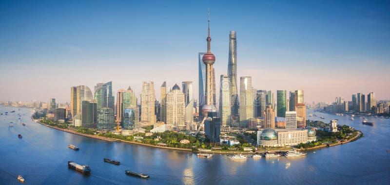 Горизонт Шанхая с современными городскими небоскребами стоковое изображение rf