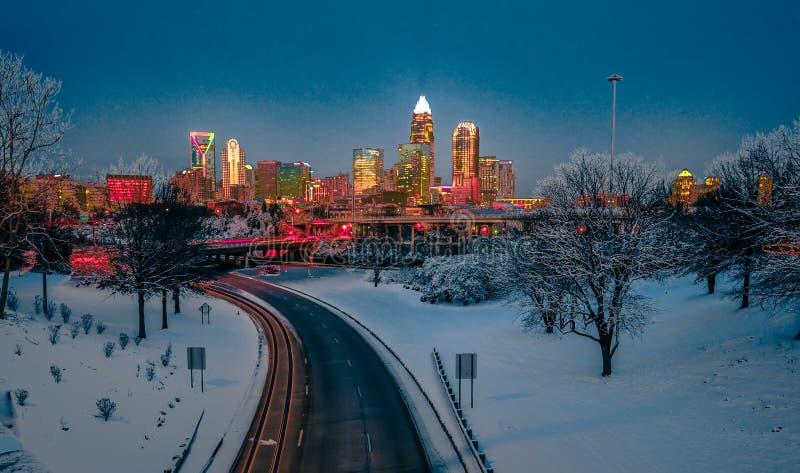 Горизонт Шарлотты nc США во время и после шторма снега зимы в j стоковое фото