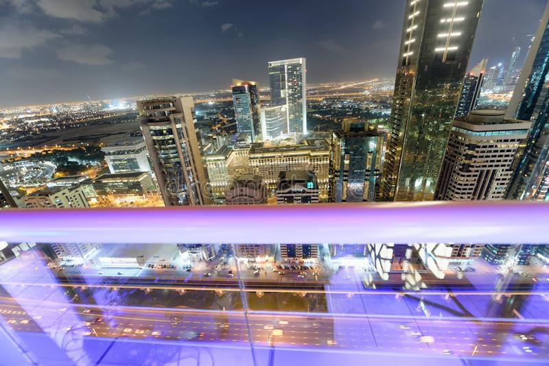 Горизонт Downrtown вдоль шейха Zayed Дороги на ноче, Дубай стоковое фото
