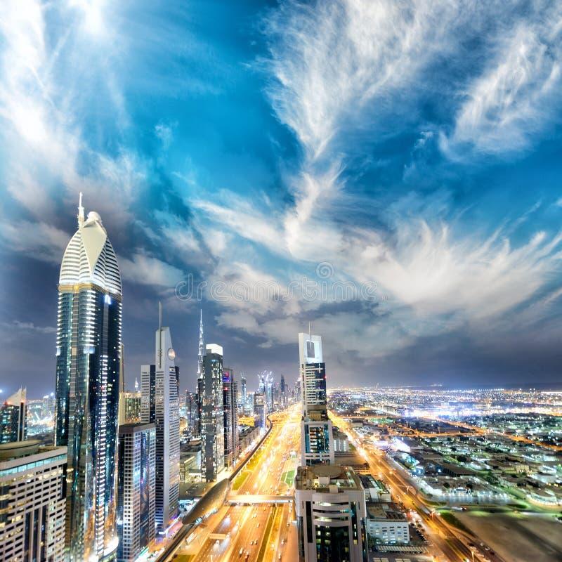 Горизонт Downrtown вдоль шейха Zayed Дороги на ноче, Дубай стоковые фото