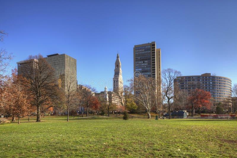 Горизонт Hartford, Коннектикута с парком в переднем плане стоковое изображение