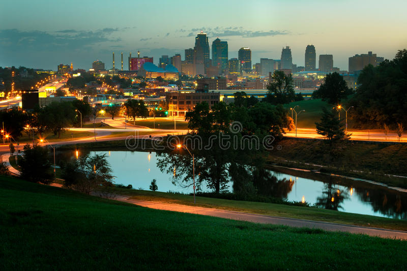 Горизонт Kansas City на восходе солнца стоковое фото