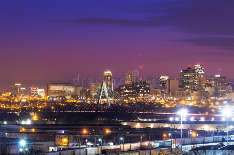 Горизонт Kansas City с мостом скрепления набора стоковое изображение