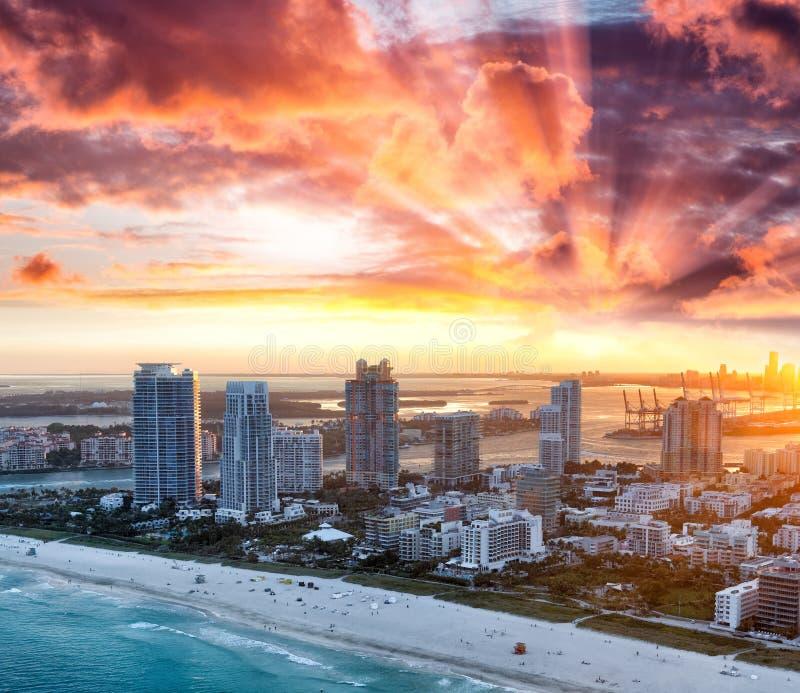 Горизонт Miami Beach воздушный на красивом заходе солнца зимы стоковая фотография rf