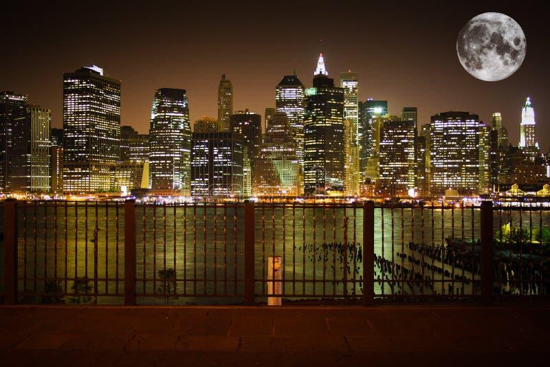 Горизонт New York с луной стоковая фотография rf