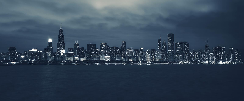 Горизонт nighttime Чикаго стоковые изображения