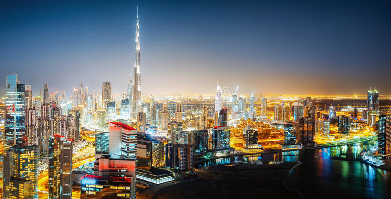 Горизонт Nightttime большого футуристического города к ноча Залив дела, Дубай, Объединенные эмираты стоковая фотография