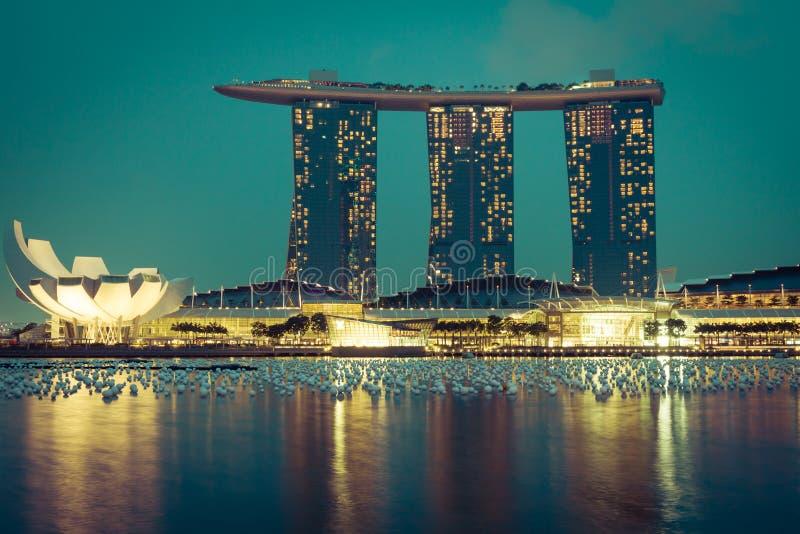 горизонт singapore ночи города стоковая фотография