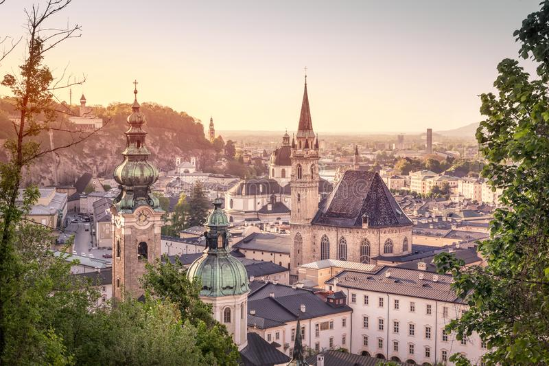 Горизонт Stadt Зальцбурга в лете на заходе солнца, Зальцбурга, Австрии стоковые фотографии rf