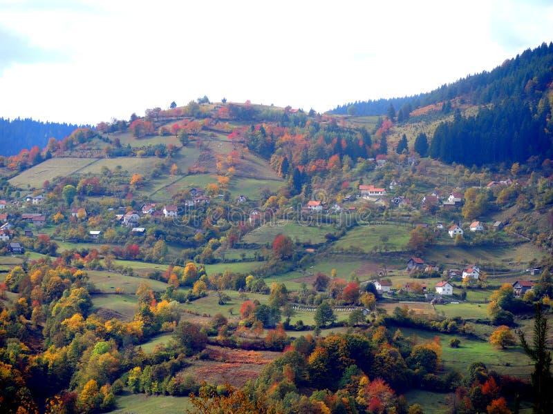 Гористая боснийская деревня в осени стоковые фото