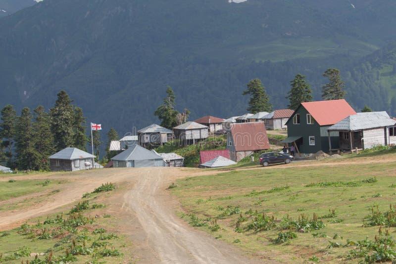 Горная деревня красивый грузинский пейзаж в солнечный день Природа Грузии стоковое изображение